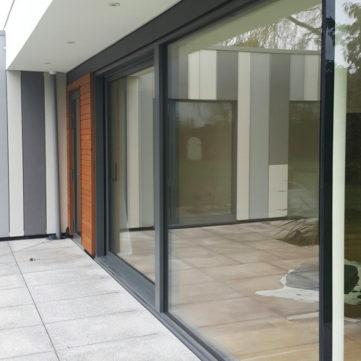 Glass to glass bespoke corner joint
